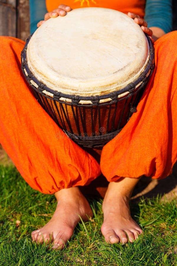 Барабанщик молодой дамы с ее барабанчиком djembe стоковые фотографии rf