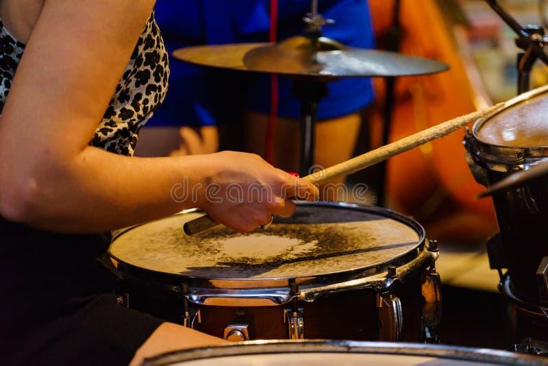 Барабанщик музыканта играя барабанчики стоковое изображение