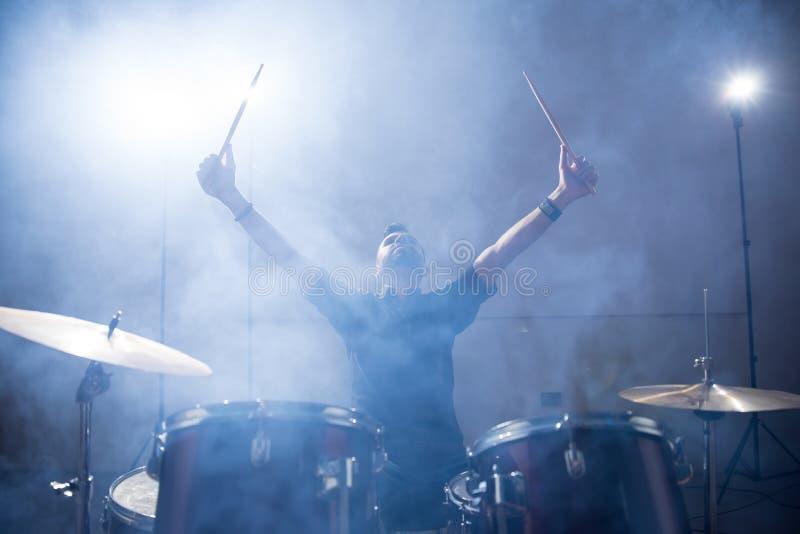 Барабанщик рок-группы на этапе стоковое фото