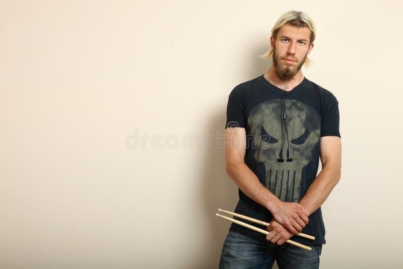 Барабанщик с drumsticks стоковые фото