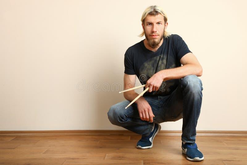 Барабанщик с drumsticks стоковое изображение