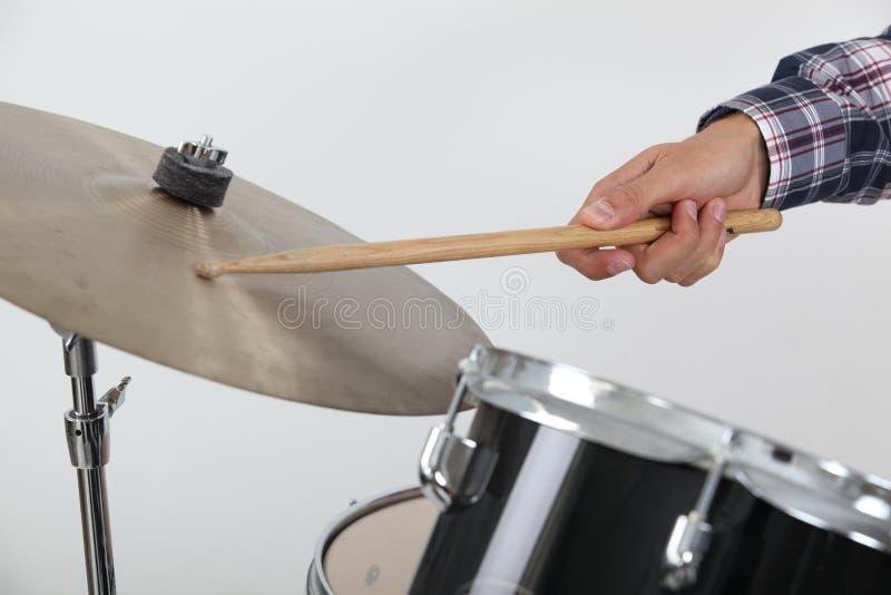 Барабанщик ударяя цимбалу стоковое фото