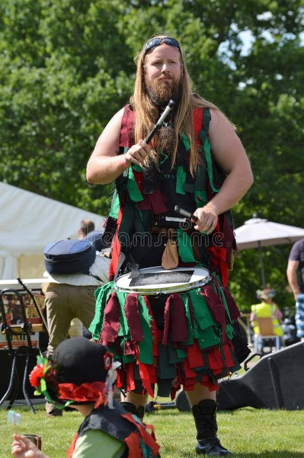 Барабанщик фестиваля на fete деревни стоковое изображение