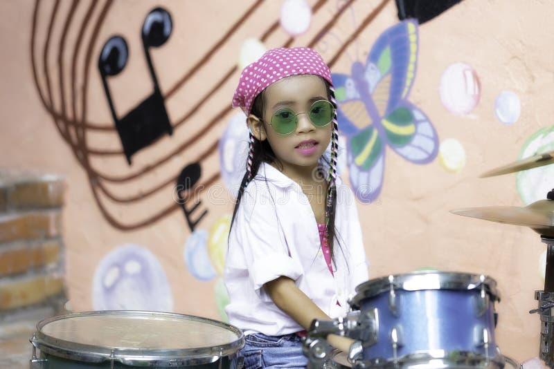 барабаньте девушкой стоковое изображение rf