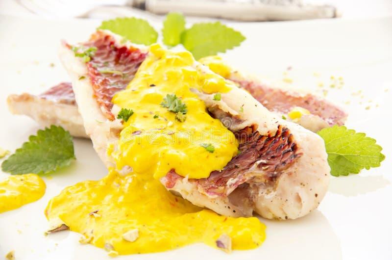 Барабулька с соусом шафрана стоковая фотография