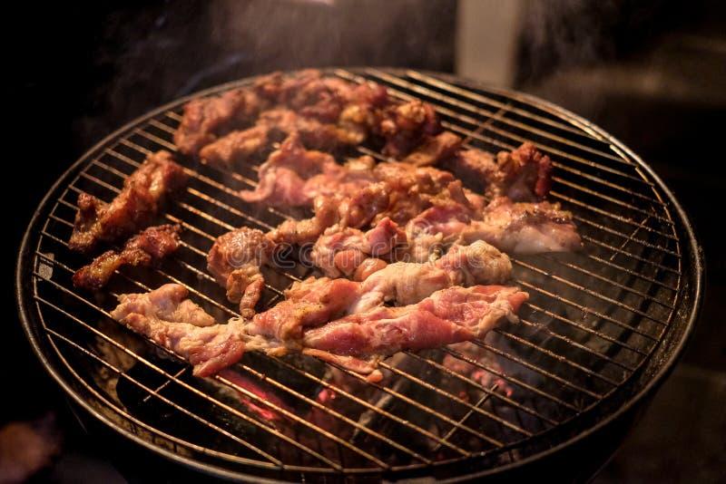 Барбекю или гриль BBQ с свежим мясом стоковое фото
