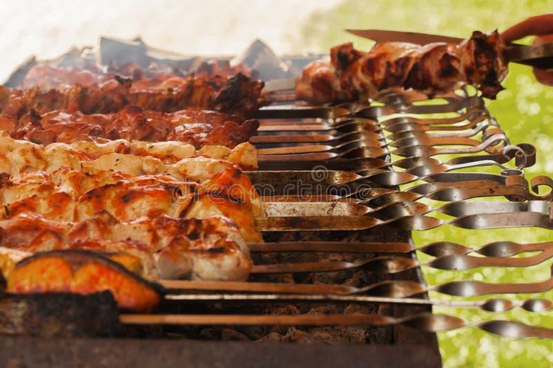 Барбекю, очень вкусное мясо и рыбы на протыкальниках стоковое изображение rf