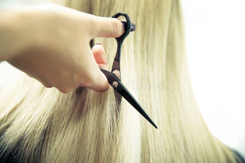 Барбер-ручки стригает волосы близко стоковые изображения rf