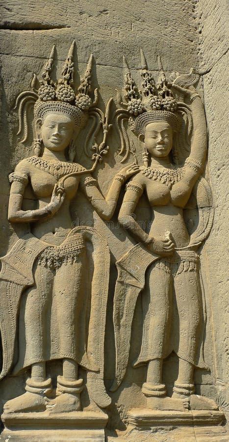 Барельеф 2 танцуя apsaras в виске Angkor Wat стоковое фото