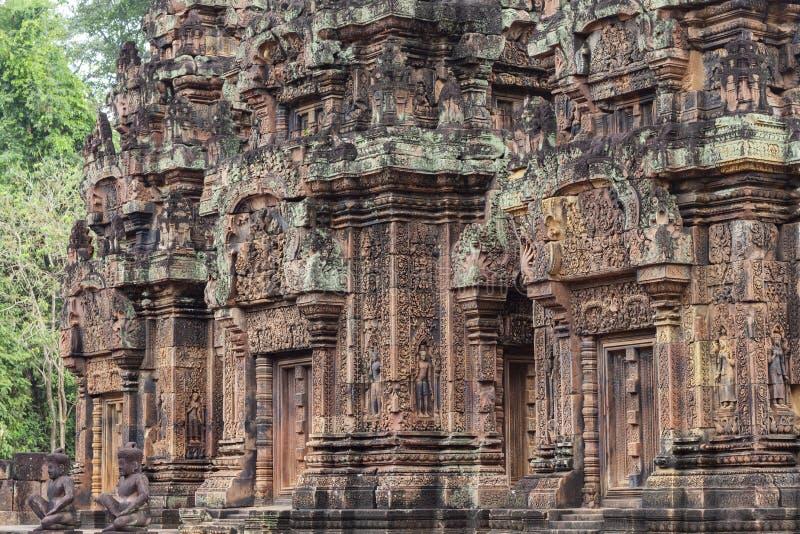 Барельеф Banteay Srei древнего храма, Angkor Wat, Камбоджа Камень высек оформление на индусском виске стоковое фото