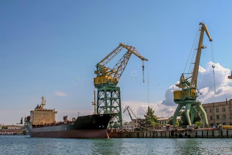 Баржа и большие краны в порте стоковое изображение rf