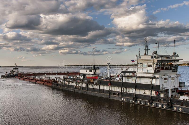 Баржа на реке Лене в Yakutia стоковые изображения rf