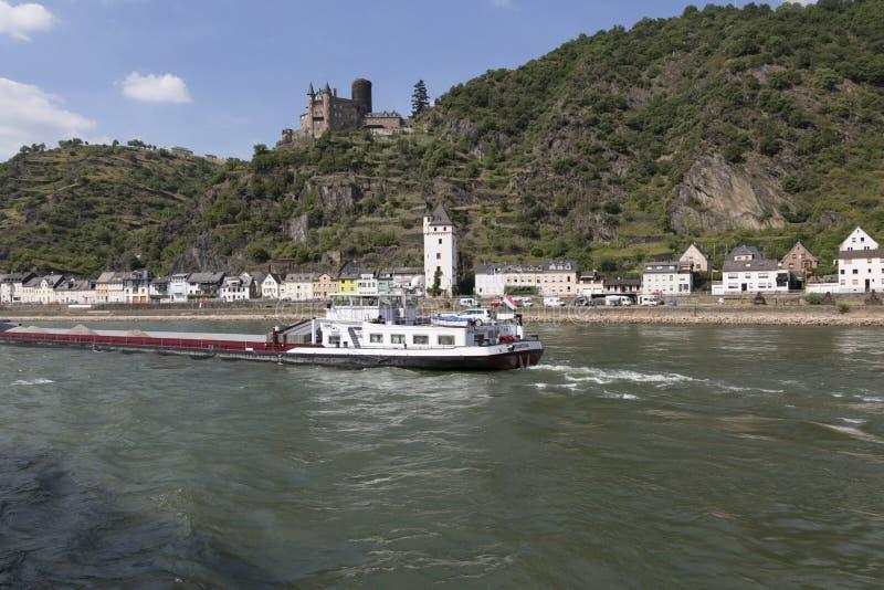 Баржа с ветрилами груза вдоль Рейна против фона деревни и старого замка стоковая фотография rf