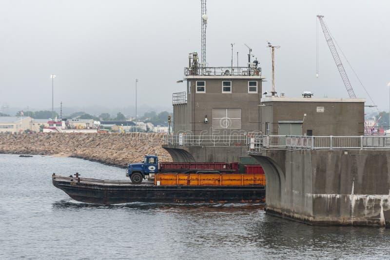 Баржа Henri оборудования transiting барьер урагана New Bedford стоковые фото