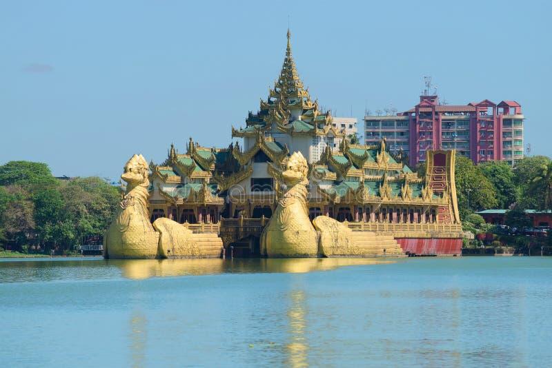Баржа Karawait королевская на озере Kandawgyi на солнечный день Янгон, Бирма стоковые изображения