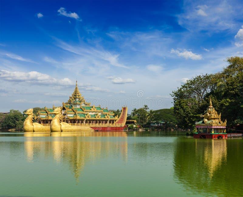 Баржа Karaweik на озере Kandawgyi, Янгоне, Мьянме стоковое фото rf