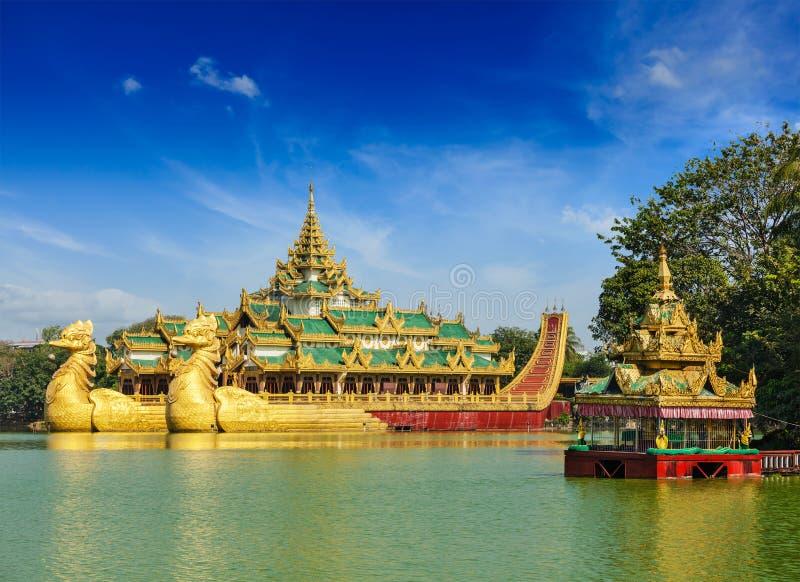 Баржа Karaweik на озере Kandawgyi, Янгоне, Мьянме стоковая фотография rf