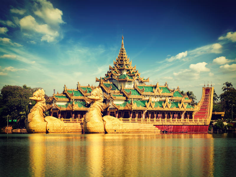 Баржа Karaweik на озере Kandawgyi, Янгоне стоковые фото