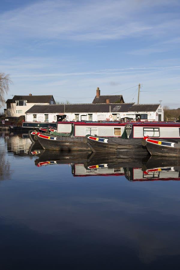Баржи и здания канала на соединении Norbury в Шропшире, Великобритании стоковое изображение