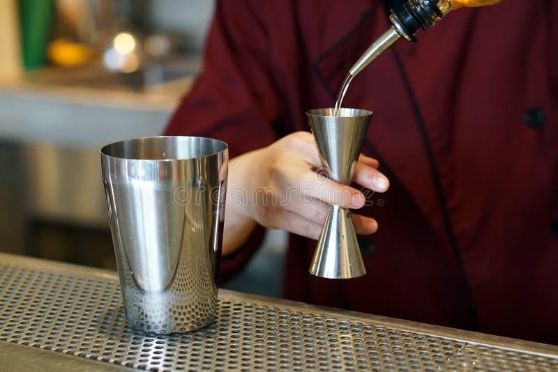 бариста делает коктейль из кофе, созданный путем полива сиропа в шейкер стоковые фотографии rf