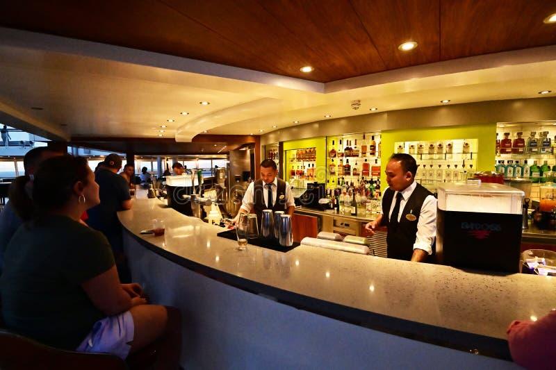 Бармены подготавливая напитки к клиентам стоковые фото
