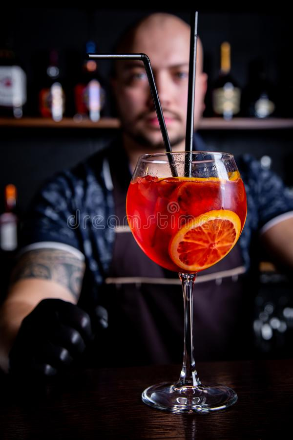 Бармен дает подготовленный коктейль свежего и вкусного шприца Aperol стоковое фото rf