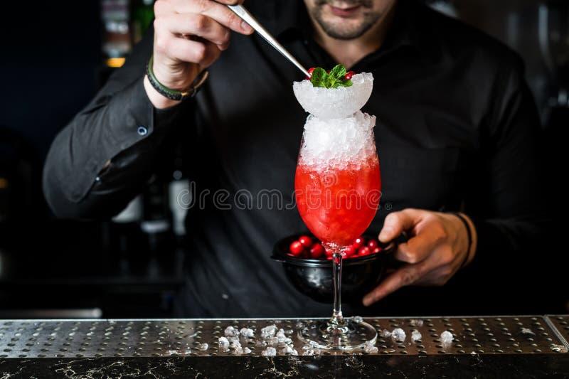 Бармен подготавливает коктейль Маргариты, темную предпосылку, конец-вверх стоковые фотографии rf