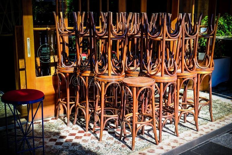 Барные стулы штабелированные совместно стоковая фотография