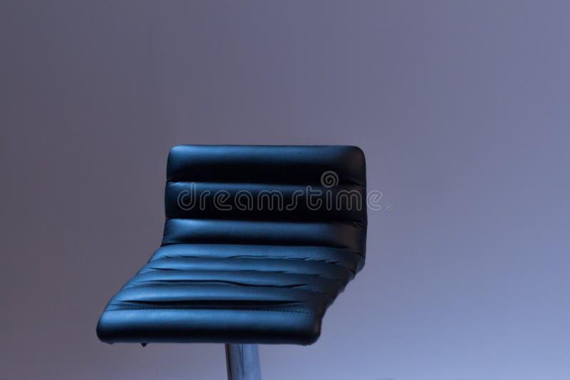 Барный стул сделан из черной кожи Конец-вверх Серая предпосылка стоковое фото rf