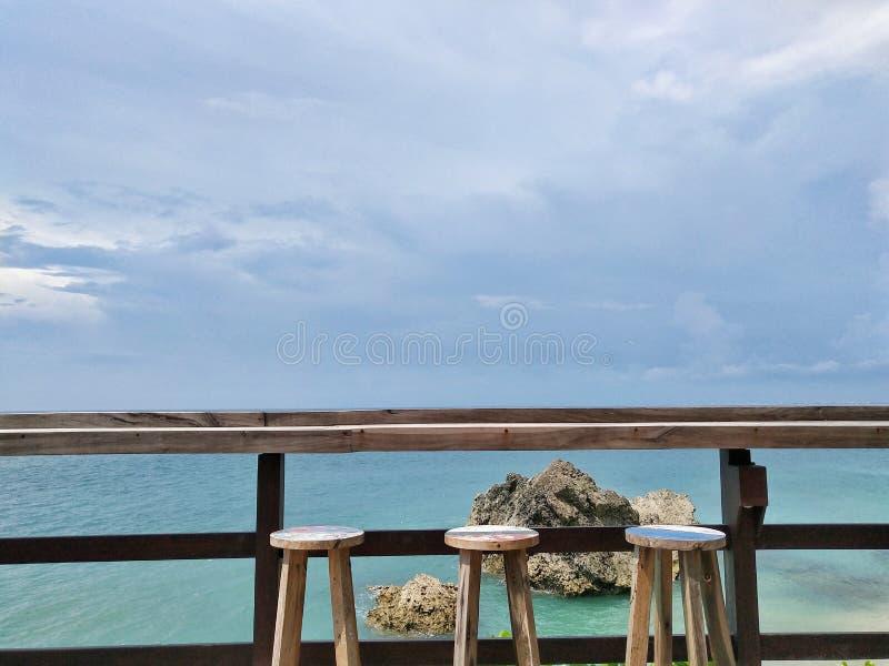 Барный стул с видом на океан стоковые изображения