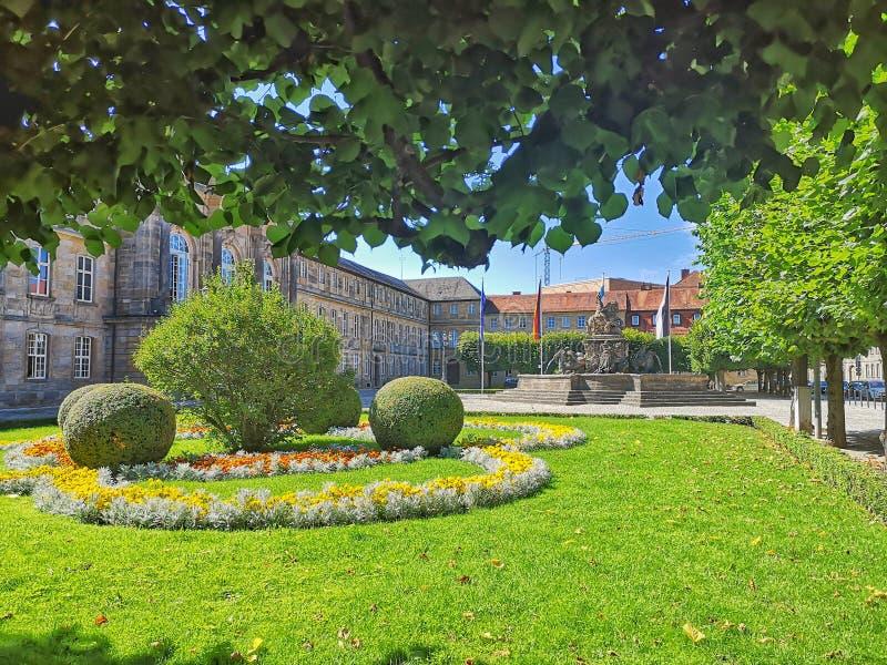 Барочный сад с цветками и тюльпанами стоковые изображения