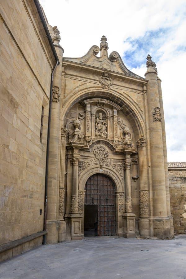 Барочный фасад руин церков San Pedro в Viana, Наварре Испании на пути St James, Camino de Сантьяго стоковые изображения rf