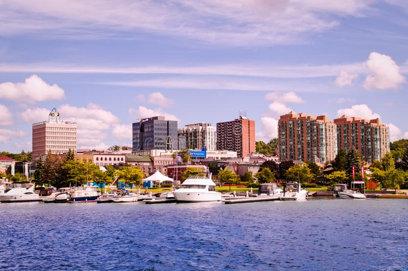 Барри, Онтарио, Канада - 2019 08 25: Вид на побережье озера Симкоу с парком культурного наследия справа от города Барри стоковые изображения rf