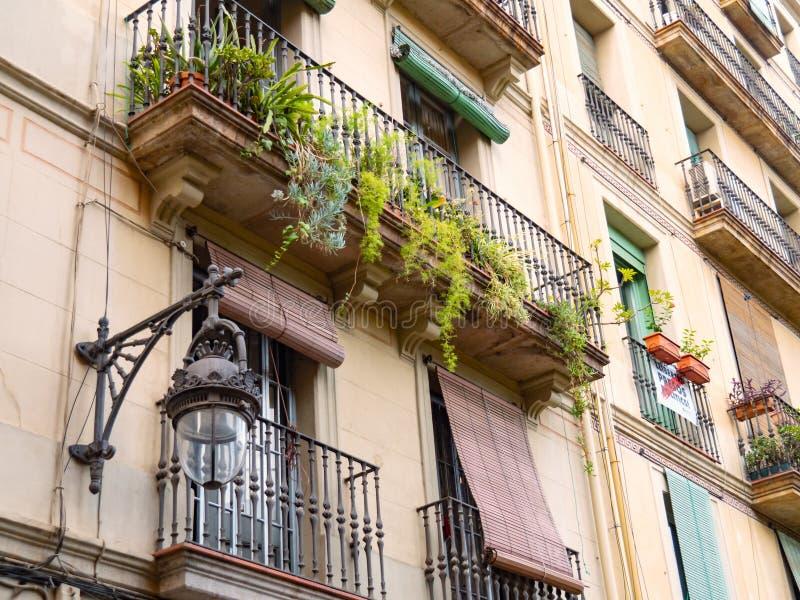 Барселона, Испания - август 2019 года: бэйдж-билдинг в центре города, средний вид Зеленые растения на балконах с черным цветом стоковые фото