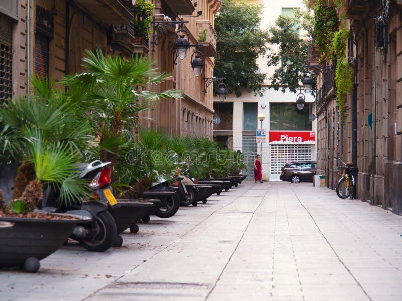 Барселона, Испания - август 2019 года: парковка между зелеными растениями, средний вид Плавание между зданиями Женщина стоковые фотографии rf