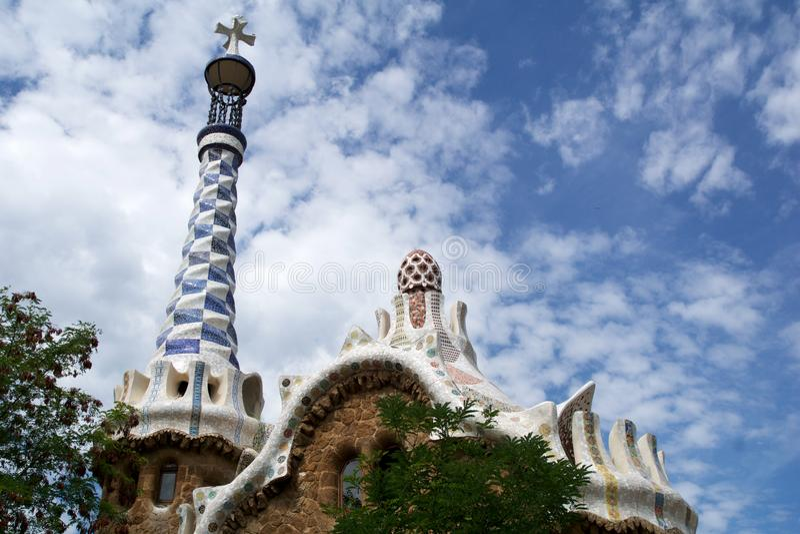 БАРСЕЛОНА, ИСПАНИЯ - 30-ое августа 2017: Взгляд входа к парку Guell Antoni Gaudi, Каталонией стоковые изображения