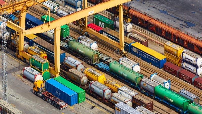 Барселона, Испания - 8-ое апреля 2019: Вид с воздуха на промышленной гаван конематке Combinato Sl Тележки, нагрузка, железнодорож стоковые фотографии rf