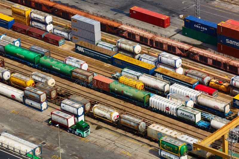 Барселона, Испания - 8-ое апреля 2019: Вид с воздуха на промышленной гаван конематке Combinato Sl Тележки, нагрузка, железнодорож стоковое фото rf
