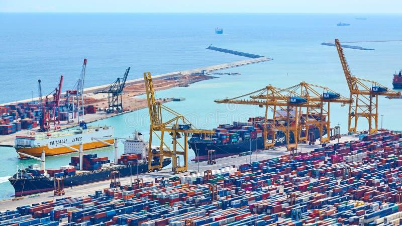 Барселона, Испания - 8-ое апреля 2019: Промышленный порт для грузового транспорта и глобального бизнеса стоковая фотография