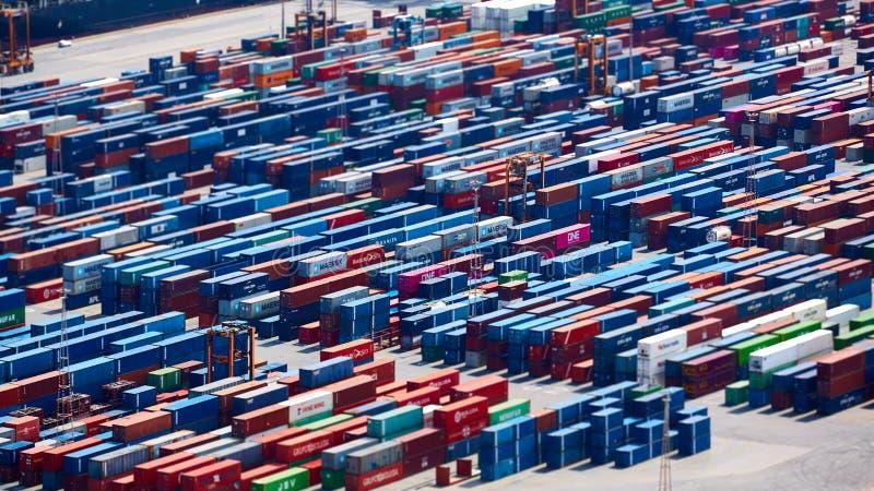 Барселона, Испания - 8-ое апреля 2019: Промышленный порт для грузового транспорта и глобального бизнеса Ожидать контейнеров стоковые фото