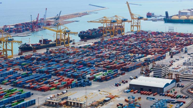 Барселона, Испания - 8-ое апреля 2019: Промышленный порт для грузового транспорта и глобального бизнеса стоковое изображение