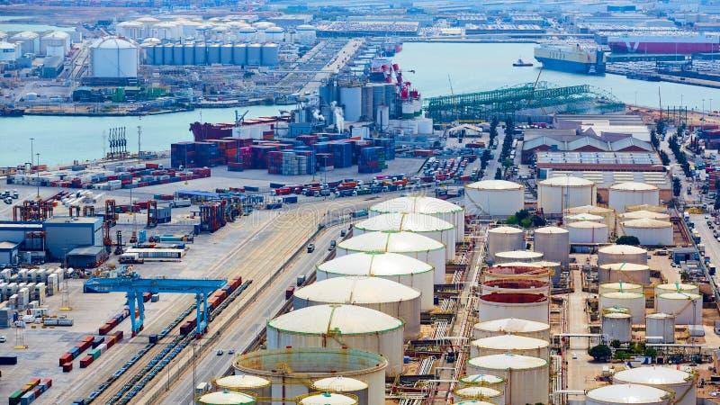 Барселона, Испания - 8-ое апреля 2019: Промышленный порт для грузового транспорта и глобального бизнеса стоковое изображение rf