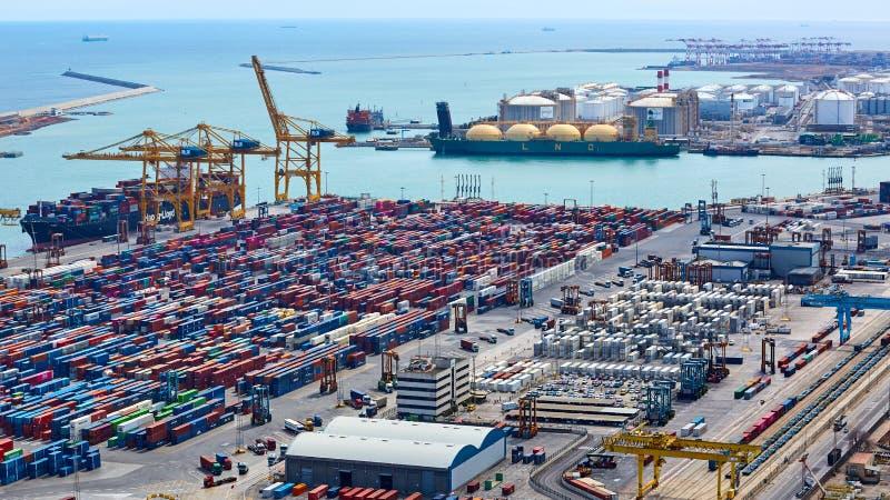 Барселона, Испания - 8-ое апреля 2019: Промышленный порт для грузового транспорта и глобального бизнеса стоковые фотографии rf