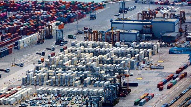 Барселона, Испания - 8-ое апреля 2019: Промышленный порт для грузового транспорта и глобального бизнеса стоковые изображения