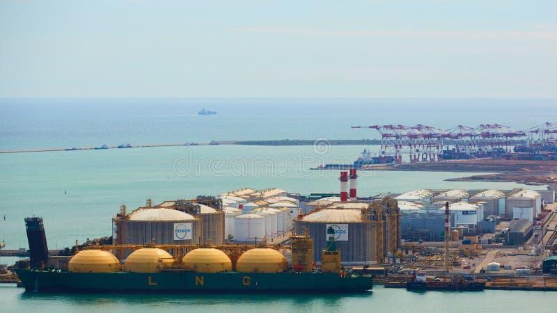 Барселона, Испания - 8-ое апреля 2019: Промышленный порт для грузового транспорта и глобального бизнеса стоковая фотография rf
