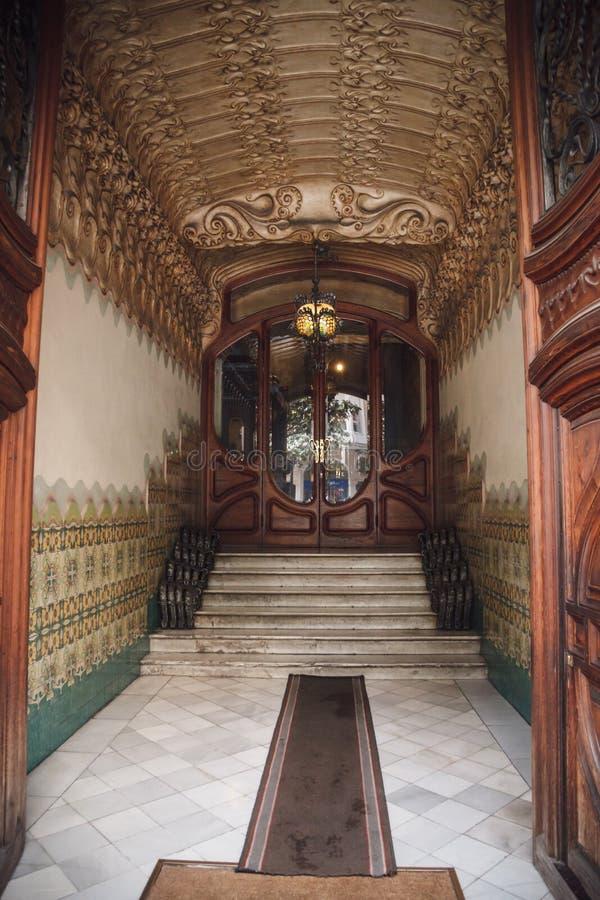 БАРСЕЛОНА, ИСПАНИЯ - 21-ОЕ АПРЕЛЯ 2016: Старая деревянная дверь в локусах здания стоковая фотография