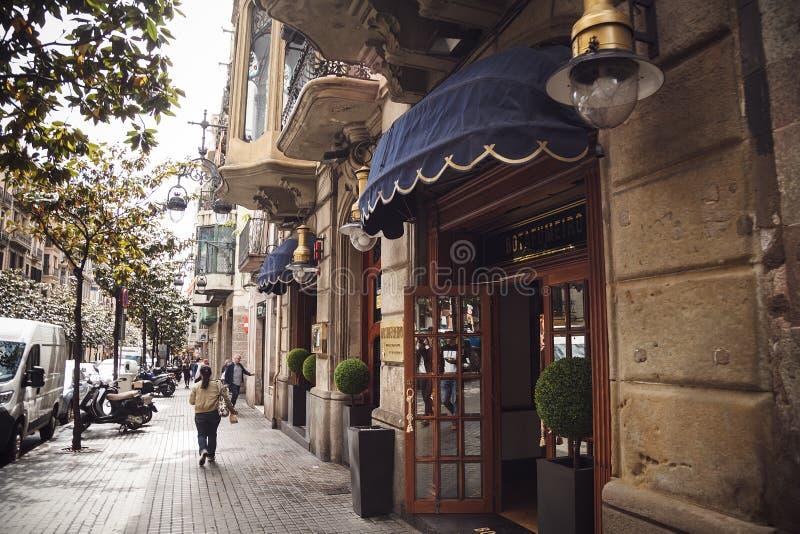 БАРСЕЛОНА, ИСПАНИЯ - 21-ОЕ АПРЕЛЯ 2016: Туристы идут в s стоковая фотография rf