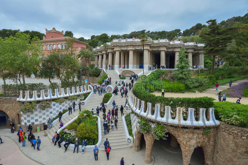БАРСЕЛОНА, ИСПАНИЯ - 28-ОЕ АПРЕЛЯ: Gaudi Parc Guell - Барселона 28-ого апреля 2016 в Барселоне, Испании стоковое фото