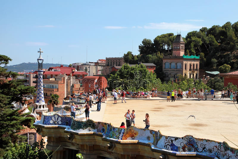 БАРСЕЛОНА, ИСПАНИЯ - 8-ОЕ ИЮЛЯ: Известный парк Guell 8-ого июля 2014 стоковые изображения
