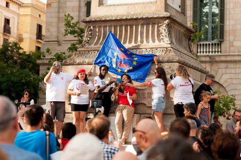 Барселона, Испания 17-ое июля 2019: молодые женщины маршируют в улицы в дневном свете держа флаг Европейского союза с пятнами кро стоковое фото